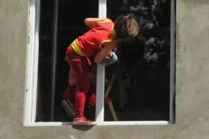 В Запорожье трехлетний ребенок выпал из окна