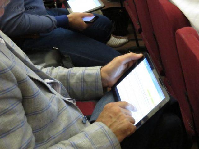 голосуют планшетами