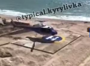Вертолет сел на берегу возле Белуги