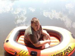 Сели в лужу: Общественники высмеяли вечное озеро на вокзале, устроив рыбалку на лодке