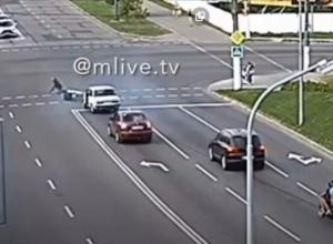 ВАЗ сбил мотоциклиста, момент аварии попал на камеру наблюдения (Видео)